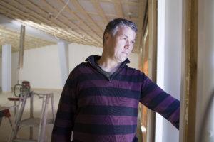 Hannu Knaapi uskoo, että parin viikon päästä päästään jo kalustamaan myymälää. – Seuraavaksi aletaan lyödä kattopaneeleita kiinni ja lattiamiehet tulevat viikon päästä. Sen jälkeen alkaa jo näyttää paljon valmiimmalta.