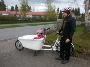 Tavarapyörä on hieman perinteistä polkupyörää pidempi. Mikko Hagelberg perheineen testasi tavarapyörää kesällä.