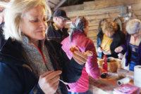 Minna-Liisa Rantaniemi piti punajuurileivoksen mausta. Saarikylien perinteisen syystorin ohjelmassa oli tänä vuonna maa- ja kotitalousnaisten ruokaesittelyn lisäksi muun muassa lammaskeittoa, Miraakkelin pop-up -kauppa ja tietysti perinteinen kotiviinikilpailu.
