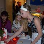 Musiikkikahvilan tarjoilija Kerttu Niemelin hoiti tehtävänsä Päivi Kososen (vasemmalla) ja Eveliina Virtasen pöytään tyylikkäästi.