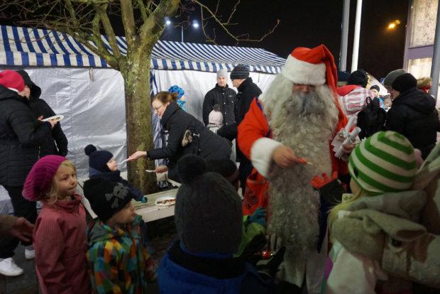 Joulupukki kuunteli torilla lasten joululahjatoiveita ja jakoi karkkia. Myös tapahtumassa tarjoiltu riisipuuro maistui sekä isoille että pienille syöjille.