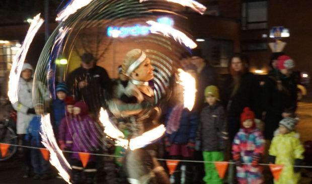 Yleisö pääsi ihailemaan Joulunavauksessa muun muassa Fire Lady Tintti Mikkosen esitystä.