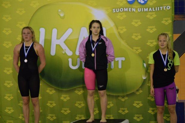 Amanda Saari (oikealla) otti nuorten SM-pronssia 100 metrin rintauinnissa.