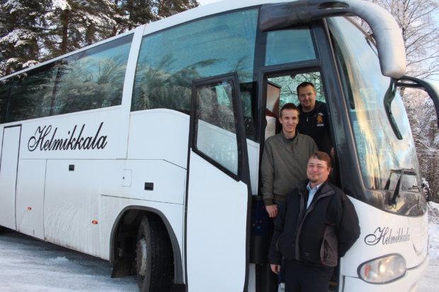 Miika (ylinnä), Juho ja Janne Helmikkala tulevan Pälkäne-bussin portailla.