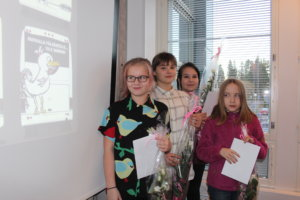 mmi Rautanen (vasemmalla), Ida Östring, Jonna Virtanen ja Amanda Saltbacka kuvittivat Pälkäne-bussin. Terhakka kukko pääsee nokkimaan auton perään.