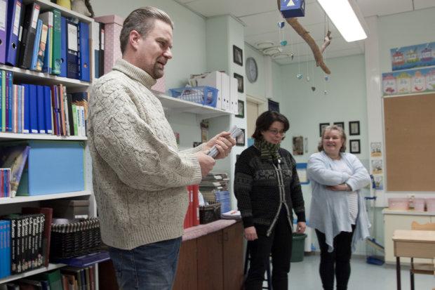 Heikki Närvänen (vasemmalla) lahjoitti heijastimet Pälkäneen alakoululaisille. Rehtori Sari Halonen ja alaluokkaa opettava Hanna Heino olivat mukana jakamassa niitä oppilaille.
