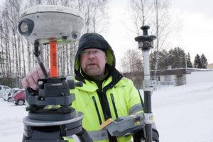 Pekka Heinänen mittasi liikuntahallin aluetta tammikuun puolivälissä. Mittausten perusteella laaditaan kolmiulotteinen malli, jossa ovat mukana myös kaikki naapurirakennukset hallin tieltä purettavia rivitaloja lukuun ottamatta.