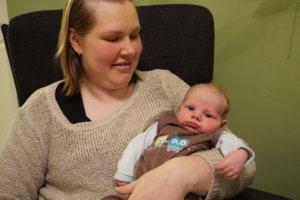 Luopioisten tämän vuoden ensimmäinen vauva, Poika Lyytikäinen, on ehtinyt viiden viikon ikään. Äiti-Outin sylissä kelpaa pötkötellä.