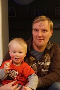 Elmo osaa näyttää näin hienosti, kuinka vanha hän on. Isä-Simo hymyilee vieressä.