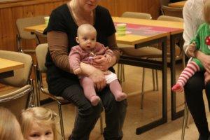 Päivi Girenin sylissä muskarihetkessä Sanna Hermusen vuonna 2015 syntynyt Saaga. Luopioisiin syntyi viime vuonna 11 vauvaa. Vanhan Pälkäneen puolelle vauvoja syntyi 41.