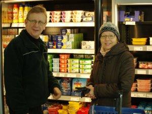 Risto Seppi poikkeaa Kuhmalahden kaupassa miltei joka päivä. Vierellä Leena-vaimo.