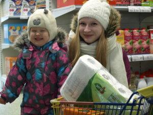 Aino Peltolan pikkukärryä täyttivät talouspaperi ja mehu. Ostoksilla mukana Elli Kykkänen (oikealla).
