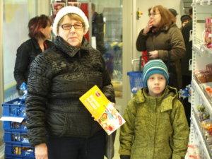 Aulikki Kankaanpää lähti uteliaisuuttaan katsomaan, miltä Kuhmalahden kaupassa näyttää. Mukana lapsenlapsi Aapo Heliövaara.