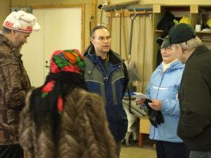 Ympäristökouluttaja Erkki Piipon (keskellä) puheilla Jaakko Herrala (vasemmalla), Terttu Herrala, Raija Toivonen ja Eero Toivonen.