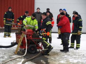 Kuhmalahden VPK:n järjestämässä 112-tapahtumassa testattiin myös vanhan palokaluston toimivuutta.