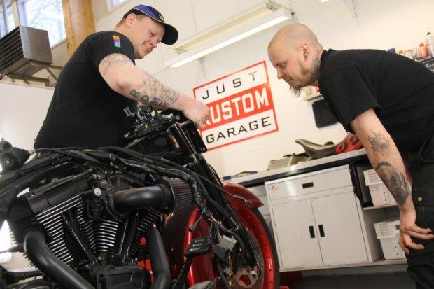 Ari Oraselta (vas.) onnistuvat niin motskarin huolto- ja korjaustyöt kuin customointikin. Saman alan miehiä on Markus Piirinen. Kaksikko katsoo, että Kangasala on hyvä paikka pyöräpajalle.