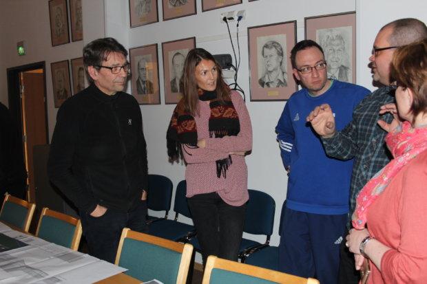 Koripallojaoston puheenjohtaja Kimmo Ketola (keskellä) ja muut liikuntahallin tulevat käyttäjät haastattelivat innolla sen pääsuunnittelijoita, Markku Raudasojaa ja Sini Rainiota.
