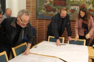 Eino Anttilan(vasemmalla edessä) mielestä ikäihmiset on otettu hyvin huomioon hallin suunnittelussa.