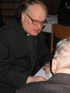 Vantaan Hämeenkylän kirkkoherra Jukka Nevala juttelee Kalle Laakson kanssa.
