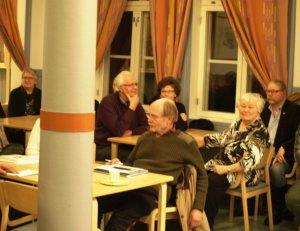 Marjatta Koskenvesa (toinen oikealta) vieraili Sahalahti-Seuran järjestämässä tilaisuudessa Kontulassa.
