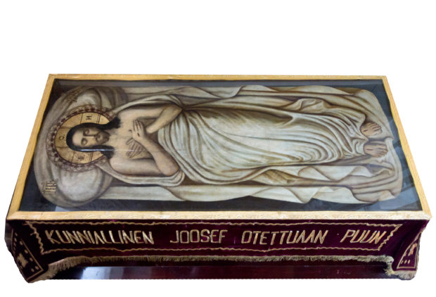 Kristuksen hautakuva tuodaan keskelle kirkkoa suuren perjantain hautauspalveluksessa, jossa se on pääsiäisyön palvelukseen asti. Sen jälkeen se viedään pyhälle pöydälle. Siinä sijallaan se on lopun pääsiäisajan.