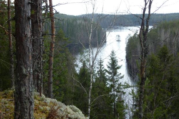 Hirvijärven yläpuolelle kohoava jyrkkäreunainen Korppivuori kuuluu Laipan upeimpiin paikkoihin.