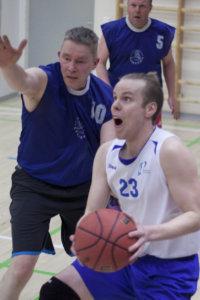22 pistettä heittänyt Jussi Jokinen intoutui esittelemään taitojaan nousukarsintojen päätteeksi.