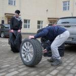Nuoret mekaanikot renkaanvaihto-opissa