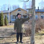 - Sopivalla korkeudella olevia linnunpönttöjä on helppo huoltaa, sanoo rovasti Jari Kemppainen.