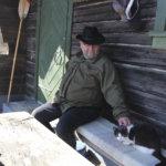 Kissa Keränen viihtyy saunan kuistilla isännän kanssa. Lintuja se nappaa harvoin, sillä pappilan pihapiirissä on hyvä hiiri- ja myyrämaastot.
