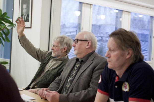 Perttu Pohjanperä ja Risto Lindholm kävivät pienen keskinäisen väännön siitä, miten saunan etäisyys rannasta mitataan.