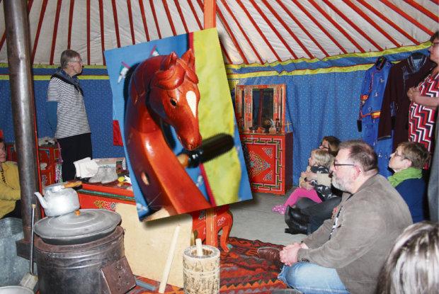 Jurtassa istutaan lattialla tai pikku jakkaroilla. Mongolialainen asumus on täynnä kauniita yksityiskohtia - pikkukuvassa kansallissoittimen, hevosenpääviulun kaula.