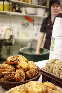 Yrittäjä Heli ParikkaMakkonen aloittaa päivän leipomossa jo aamuvarhaisella.