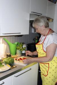 Aila Pakarinen on koulutukseltaan kotitalousopettaja ja tehnyt hienon uran ruokatoimittajana. Ruoanvalmistus sujuu ammatti-ihmiseltä tottuneesti.