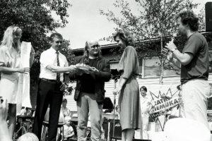 Armi Aavikko (vasemmalla), Martti Huhtamäki ja Juice Leskinen seppelöivät Miss Kirkastuksen. Oikealla Napakympistä tutuksi tullut juontaja Kari Salmelainen.