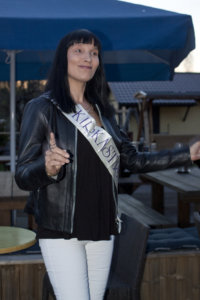 Leena Mäkelä on säilyttänyt Miss Kirkastus -nauhan muistona 30 vuoden takaisesta kisasta.