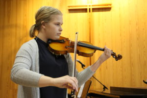 Anna Laakso opiskelee viulunsoittoa jo opistotasolla.