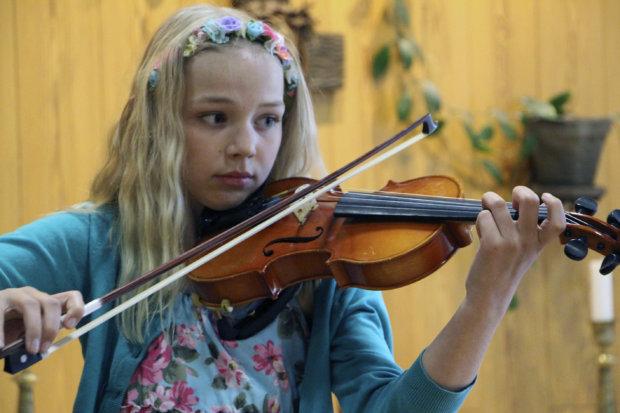 Annukka Linnainmaa esitti Tiina Kaukisen Jättiläiskukat.