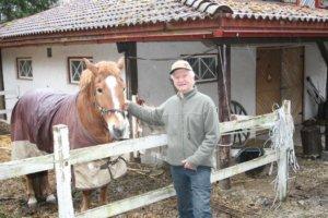 Suomenhevonen Somalla on merkittävä rooli Antti-Jussi Tiitolan luomuvalkosipulin kasvatuksessa. Hevosen lanta muuttuu käyttökelposeksi lannoitteeksi muutamassa kuukaudessa EM-Bioaktivaattorin ansiosta.