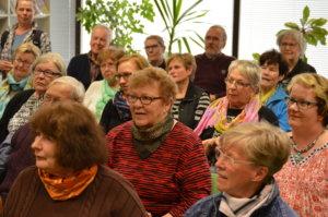 Sahalahden kirjaston ja Sahalahden Kirjanystävien järjestämässä tilaisuudessa oli naisvaltainen yleisö.