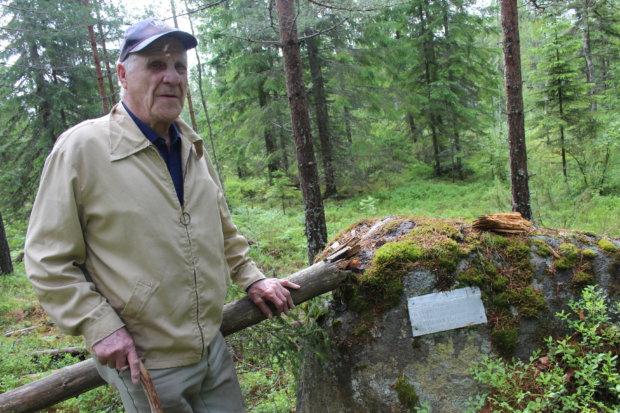 Heimo Rönni muistelee, että Alhosen veljekset kaiversivat ilmavalvontapaikan muistolaatan sodan jälkeen. Mänty, jossa tähystyslava oli, kasvoi Unnaanmäen korkeimmalla kohdalla kivestä hieman vasemmalle. Katkaistu puu on aikoja sitten lahonnut ja poistettu.