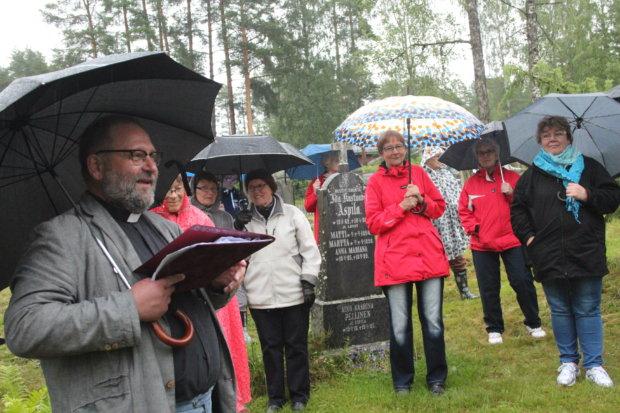 Kirkkoherra Jari Kemppaisen opastamalla hautasmaakävelyllä väkeä oli sakeanaan, jokaisella säänmukainen varustus.