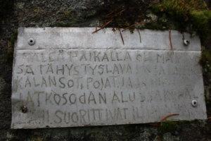 Muistolaatta kiven kyljessä Unnaanmäellä kertoo jatkosodan aikaisen ilmavalvontapaikan.