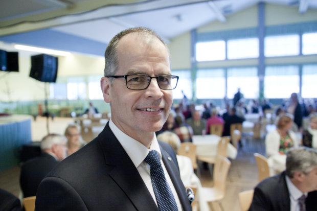 Vahinkovakuutuksesta sekä terveys- ja hyvinvointipalveluista vastaavana johtajana toimiva Olli Lehtilä on OP-ryhmän johtokunnan jäsen. Lehtilä puhui Honkalassa lähes kotikonnuillaan, sillä hän on osa-aikamaanviljelijä Iltasmäestä.