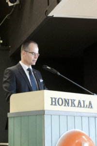 Olli Lehtilä puhui paikallispankin satavuotisjuhlassa.