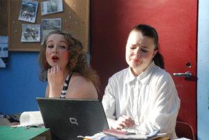Näytelmän päähenkilöllä Vapulla (Laura Parviainen) ei mene kaikki ihan putkeen.