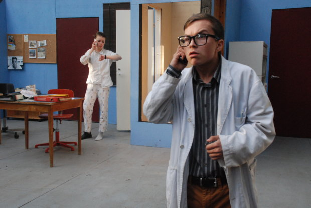 """""""Katsotaan kalenterista!"""" -näytelmän Vapulla (Laura Parviainen) on edelleen kiire, vaikka jo terveyskin reistailee. Lääkäri (Eero Salmela) yrittää parhaansa mukaan antaa hoito-ohjeita."""