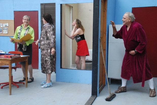 Näytelmässä on monenlaista ovelaa juonittelua toisten selän takana.
