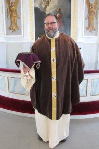 Kirkkoherra Jari Kemppaisen yllä olevat messupaita ja kasukka ovat peräisin Pajarin kirkosta, samoin ehtoolliskalkki ja kalkkiliina.