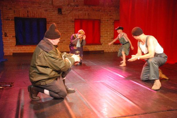 Iivari Huttunen ja Akaan aikamiespojat vetivät Kuohijoen kesäteatterin juhlanäytöksessä komean tanssishow'n, josta ei talenttia puuttunut.